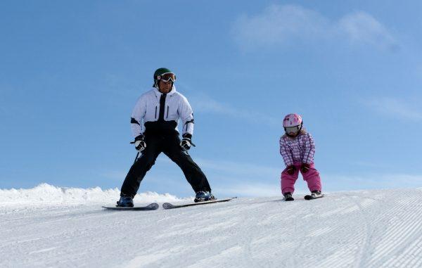 Far og datter på ski i Sälen